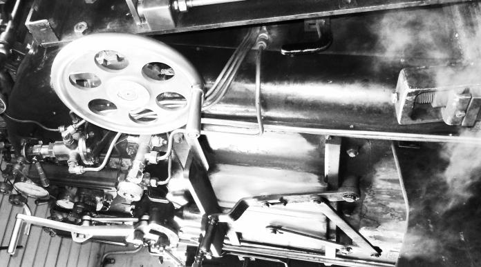 """Interno cabina della locomotiva a vapore HG 3/4 Nr. 1 """"Furkahorn"""", fabbricata in Winterthur (CH) nel 1913 per operare sulla tratta a scartamento ridotto di alta montagna Brig-Furka-Disentis, successivamente venduta in Vietnam nel 1947, dove ha lavorato fino al 1993, anno nel quale è stato riportata in Svizzera per viaggiare sulla linea Oberwald-Furka-Realp, da allora operativa nella stagione estiva. Foto trasformata in scala di grigi e aggiustata per vedere il fumo... (vedi testo). Elaborazione grafica eseguita con Gimp."""
