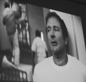 un fotogramma iniziale del film Patch Adams, dove Patch è uscito sconvolto dalla stanza del manicomio dove il suo compagno vede gli scoiattoli